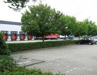 bedrijfstuin met parkeerterrein