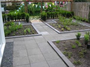 tuinrenovatie: bestrating en plantvakken