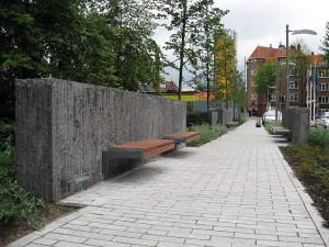 bankjes aan natuurstenen muur